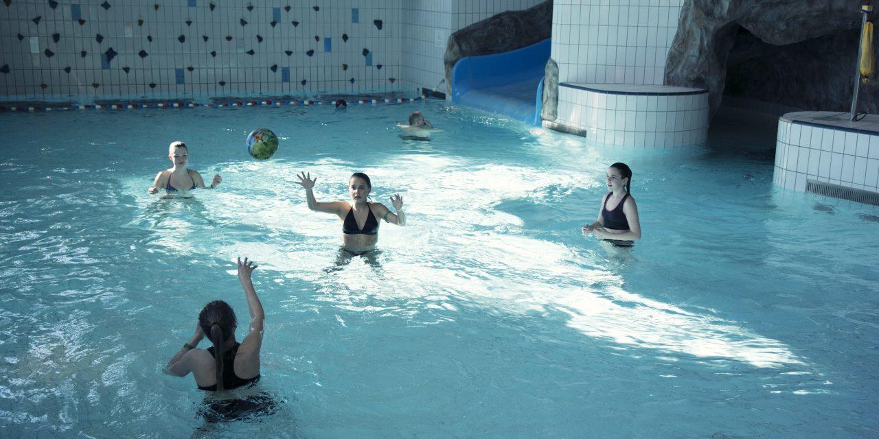 Jenter spiller ball i Nordlandsbadet